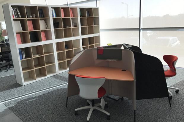 Regale und Schränke bieten Stauraum für das Büro