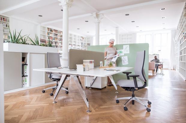 Ergonomische Bürostühle sind für Mitarbeiter bequem und schonen den Rücken